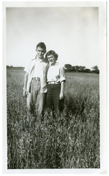 _optvalentine-couple-in-field