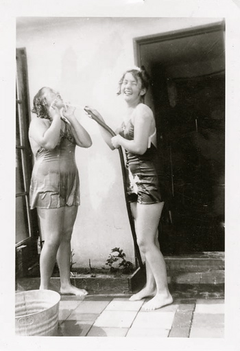 vintage-vacation-girls-with-hose-opt