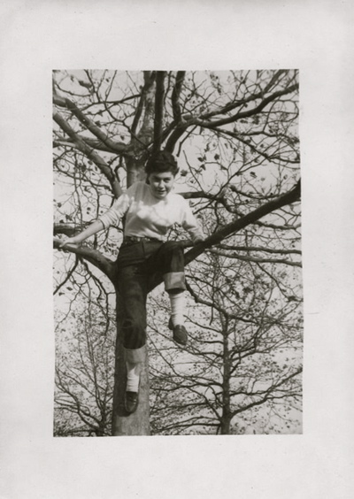 opt-photo-1945-50-girl-in-jeans-tree